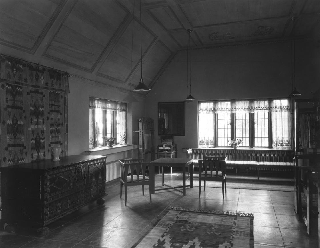 Studio Loja Saarinen Weaving Room, 1930. Bouquets by Annie Frykolm (left), Cranbrook Rug No. 14 by Maja Andersson Wirde (floor). Copyright Cranbrook Archives.